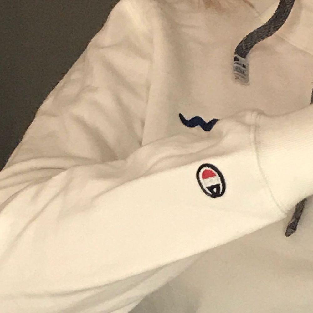 Säljer nu denna snygga hoodie ifrån champion. Hoodien har snygga detaljer så som märket på armen samt snörningen i sidan istället för på mitten av kragen. Hoodien är i storlek XL men skulle säga att den är mer M då den krymt i tvätten. Frakt tillkommer. Huvtröjor & Träningströjor.