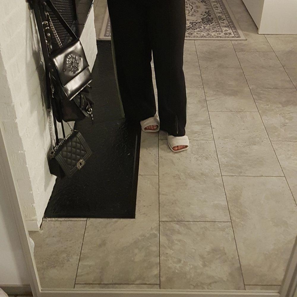 Svarta Kostym byxor med grön rand, väldigt bekväma och strechiga, inte så tjocka så går att använda under sommaren, stilrena och fina. Använt sällan. Bra kvalité!. Jeans & Byxor.