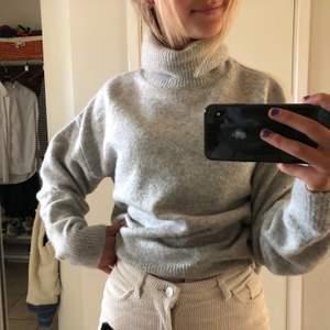 Jättemysig stickad tröja ifrån H&M. Aldrig kommit till användning, färg grå. Nypris 249 kr.