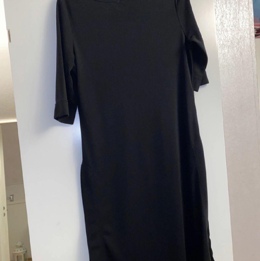 En fin svart tröja/klänning som har slits på döda sidorna. Har aldrig använts. . Klänningar.