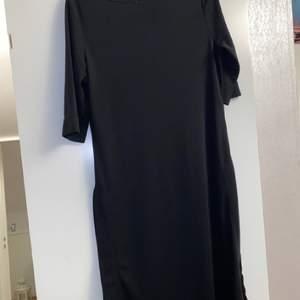 En fin svart tröja/klänning som har slits på döda sidorna. Har aldrig använts.