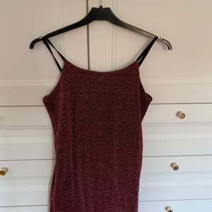 En röd glittrig klänning från Cubus i storlek 146/152 typ som xxs. Det är svart tyg under. Säljer pga för liten för mig. Aldrig använd!! Säljer för 95 kr + frakt❣️