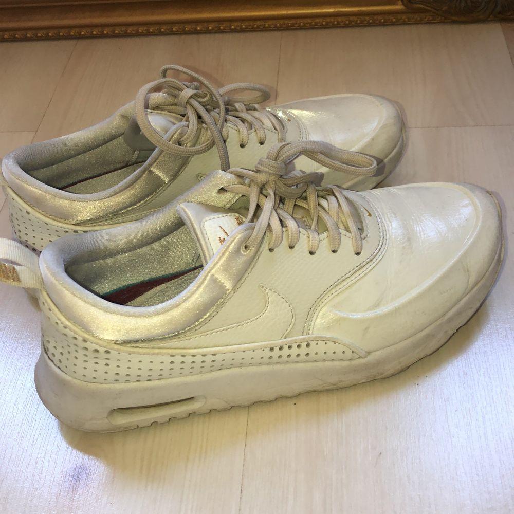 Nike air Max Thea sneakers, köpare står för frakt! Stl 40 men passar mig bra som har 39!. Skor.