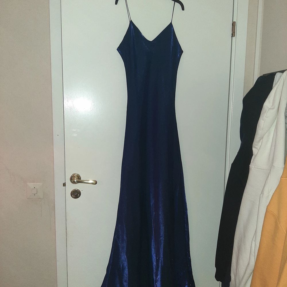 Oanvänd klänning i bra kvalité. Mörkblå klänning i golvlängd som skimrar vackert i solljuset.. Klänningar.