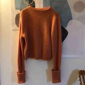 Stickad tröja i finaste färgen! Perfekt till sommarkvällar 😍 storlek xs med jag har ofta s/m och den passé mig!  Frakten ingår i priset 🌟