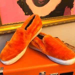 Jeffrey Campbell limiter edition skor i orangt fluff. Världens skönaste innersula. Säljer för att skon är för stor. Endast använda enstaka gång utomhus och någon gång inomhus.  Frakt tillkommer (kan mötas upp i Stockholm)