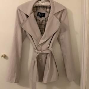 En jätte snygg äkta dolde&abbana jacka som jag aldrig har haft på då jag har så många jackor hade sagt att den passar en S också. FRI FRAKT