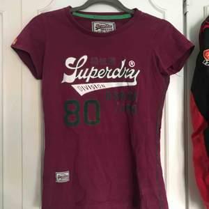 T-shirt från superdry. Sliten på det gröna men annars helt ok skick. Storlek L men skulle säga att den är xs eller s. (liten i storlek) Frakt tillkommer på 63kr
