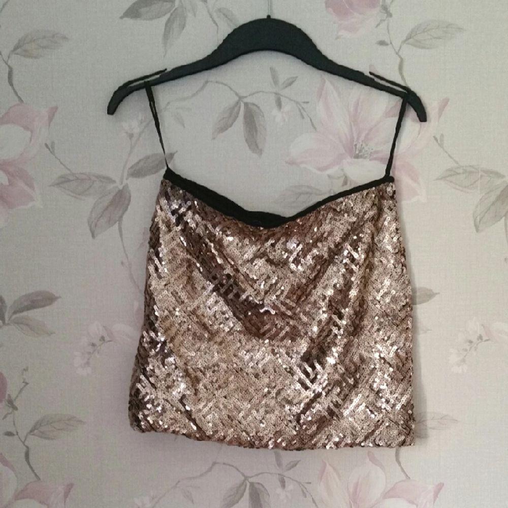 Guld paljett kjol från verl moda som glittrar väldigt mycket ! . Kjolar.