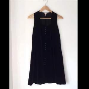 Säljer denna drömmiga klänning som jag köpte second hand för ett par år sedan. Den är fantastisk tillsammans med ett par kängor! Materialet är av grövre typ, som en perfekt blandning av sammet och mocka. Storleksmärkt 38. Enda defekten är att den är lite nött i höger armhåla (se bild i kommentarerna). Porto 39kr tillkommer.