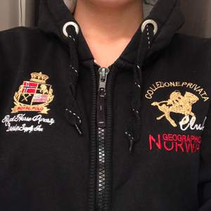 Svart hoodie från Geographical Norway med luva och dragkedja. Har haft länge så slitningar finns, dock är dem väldigt diskreta och knappt märkbara. I övrigt är den i gott skick och i skönt material 💫