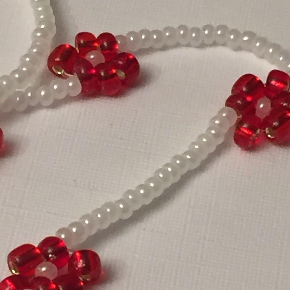 Halsband med röda blommor som kommer bidra till julkänslan🎅🏼 om du har några frågor är det bara att fråga!🥰  Det är elastiskt band så den passar alla. Accessoarer.