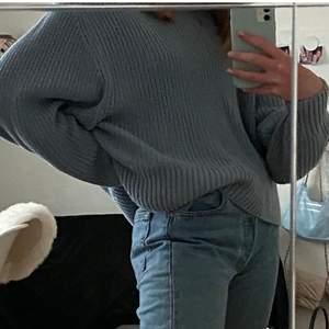 Säljer denna snygga ljusblå/ gråblå stickade tröjan från monki i str M. Passar XS-L beroende på hur man vill att den ska sitta men sitter snyggt oversized på mig som har Xs. Frakt tillkommer på ca 50kr. :)
