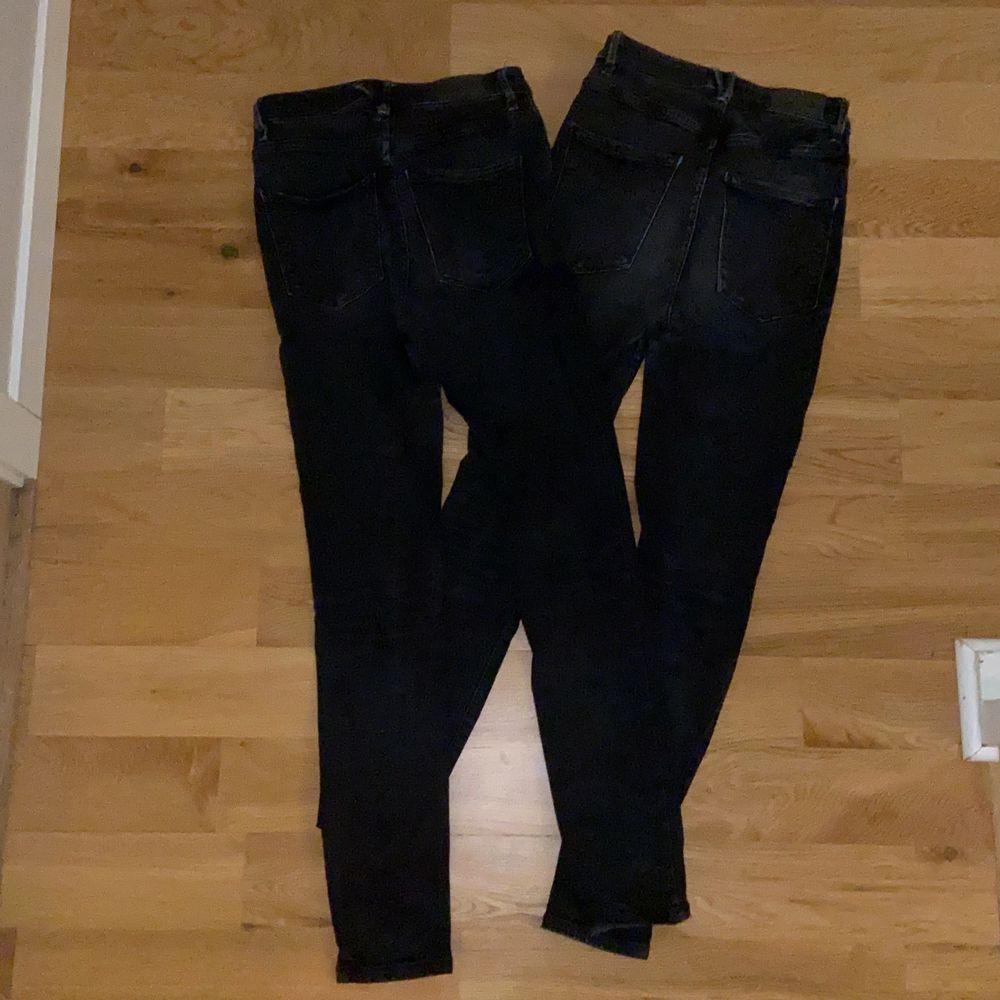 Två par likadana svarta jeans från Gina Tricot. De är högmidjade och av den tightare modellen. De är väl använda men i bra skick. 180kr för ett par och 300 för båda. . Jeans & Byxor.
