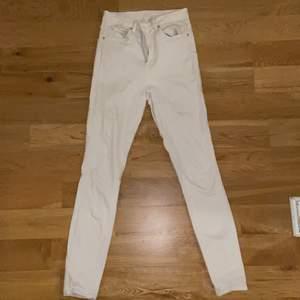 Vita tights jeans med hög midja från Gina tricot. Använda ett par gånger och är i bra skick. Några små fläckar på baksidan av ena benet längst ner (syns på sista bilden) men det är inget som märks. Då jag klippt bort lappen är jag inte helt säker på storleken men skulle chansa på 36/38