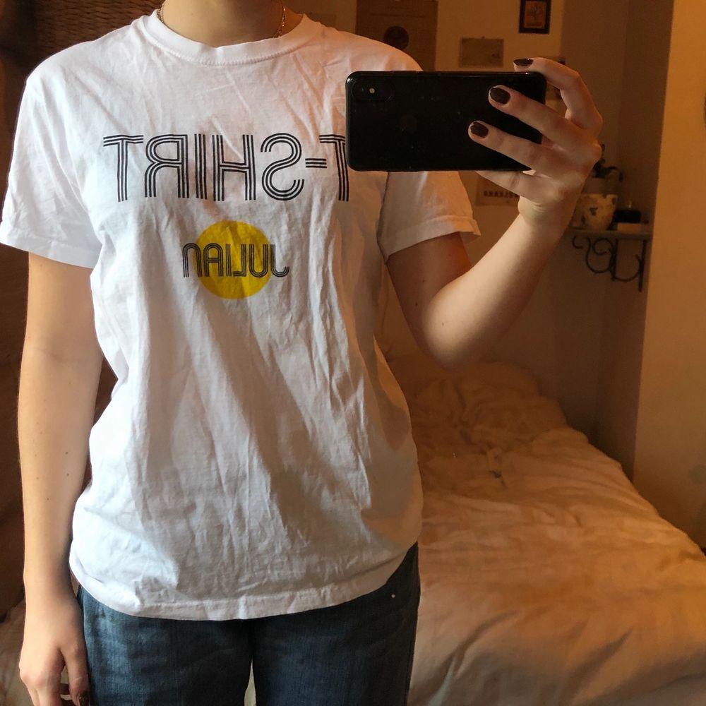 Stor vit t-shirt i ganska hårt material . T-shirts.