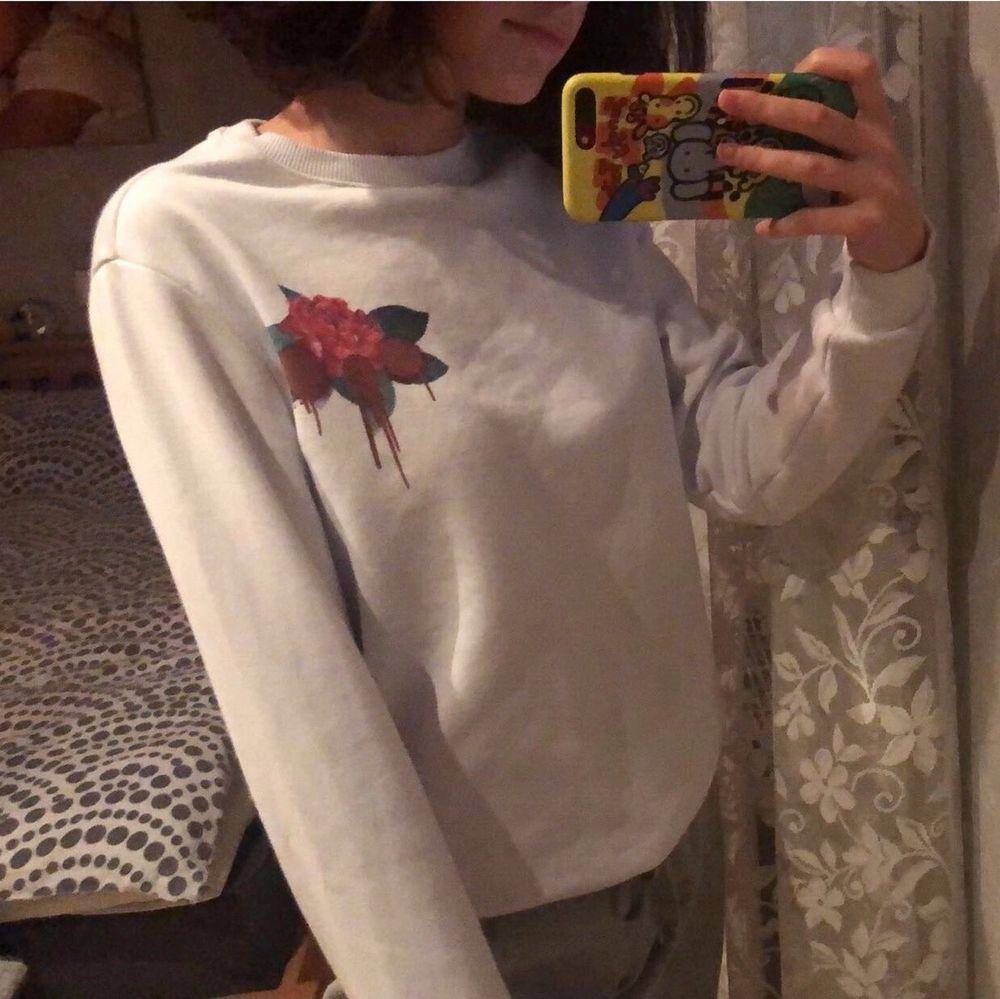 Vit tröja med ett coolt tryck på baksidan står ingen storlek men skulle säga att den passar XS-S💕. Tröjor & Koftor.