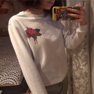 Vit tröja med ett coolt tryck på baksidan står ingen storlek men skulle säga att den passar XS-S💕