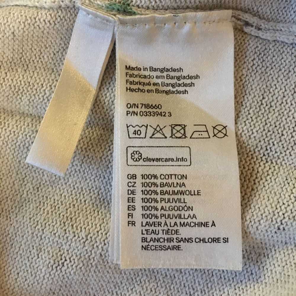 Stickad tröja med trollsländor på från hm i strl 170 men passar mig som vanligtvis har s. I fint skick. Betalas med swish! 40 + frakt . Stickat.