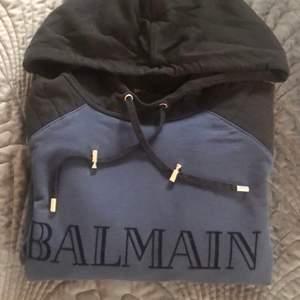 Riktigt snygg hoodie från Balmains kollektion för H&M. Tunnare modell i slim fit (herrmodell). Har endast använts en gång pga fel storlek. Har behållt den för tycker om den så mkt, den förtjänar dock en ny ägare som kan bära den 😍