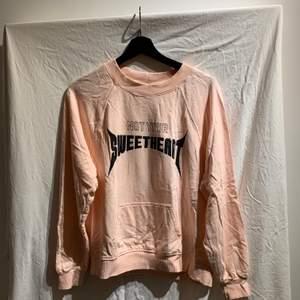 """Rosa sweatshirt från Ginatricot med tryck """"not your sweetheart"""" endast använd fåtal gånger. Den är skrynklig för att den legat men det är enkelt att fixa, annars är den i bra skick"""