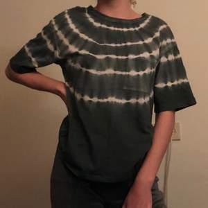 T-shirt med tie dye i färgerna mörkgrön och vitt, storlek XS. Köpt på Gina och har använts ett fåtal gånger. Säljer på grund av att den inte kommer till användning. Frakt kostar 45kr. 😊🌸