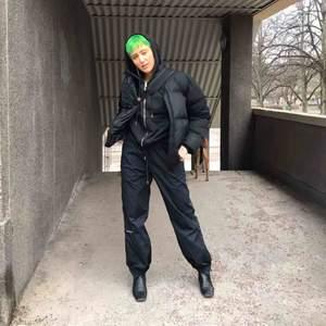 """Trackpants från Balenciaga 🤎🤠 modellen heter """"tech cotton"""" och är från SS17 snörning i midjan samt dragkedja, resår och knäppning nedtill. Endast använda för fotografering och nypris 8995 kr på NK Gbg. Blev slutsålda överallt! Bud ok! 🤝🤝"""