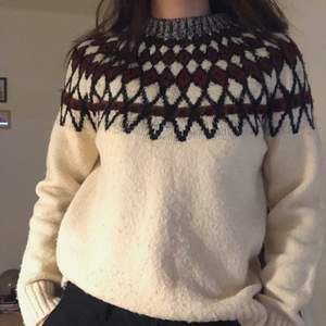 Vintage sweater I bought from a sencond hand store in Germany💛 it fits perfect for XS and S :) feel free to dm me if you are interested or have a question😊