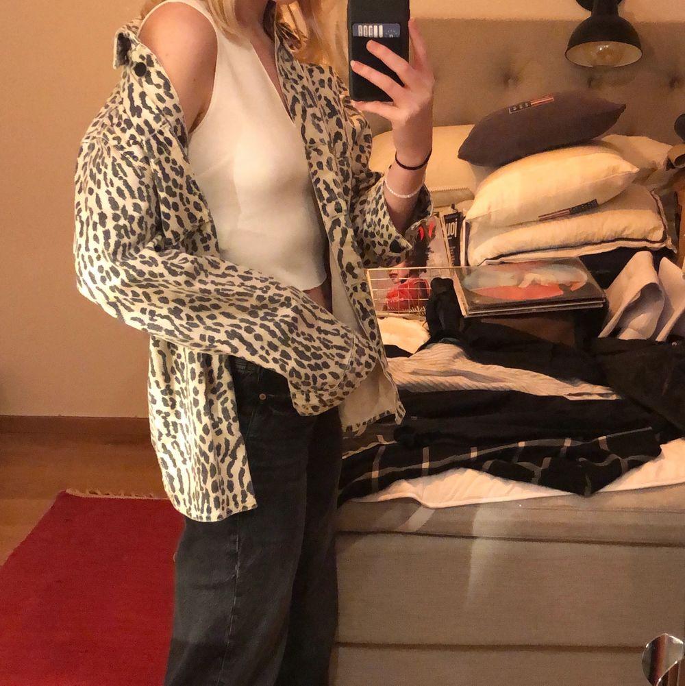 Asball skjorta av jeanstyg i coolt leopardmönster,  gör alla tråkiga outfits snygga🧡🤎. Knappt använd så är som ny🥰 pris: 50kr exklusive frakt. Skjortor.