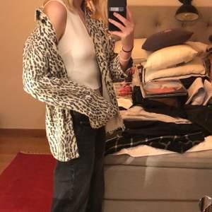 Asball skjorta av jeanstyg i coolt leopardmönster,  gör alla tråkiga outfits snygga🧡🤎. Knappt använd så är som ny🥰 pris: 50kr exklusive frakt