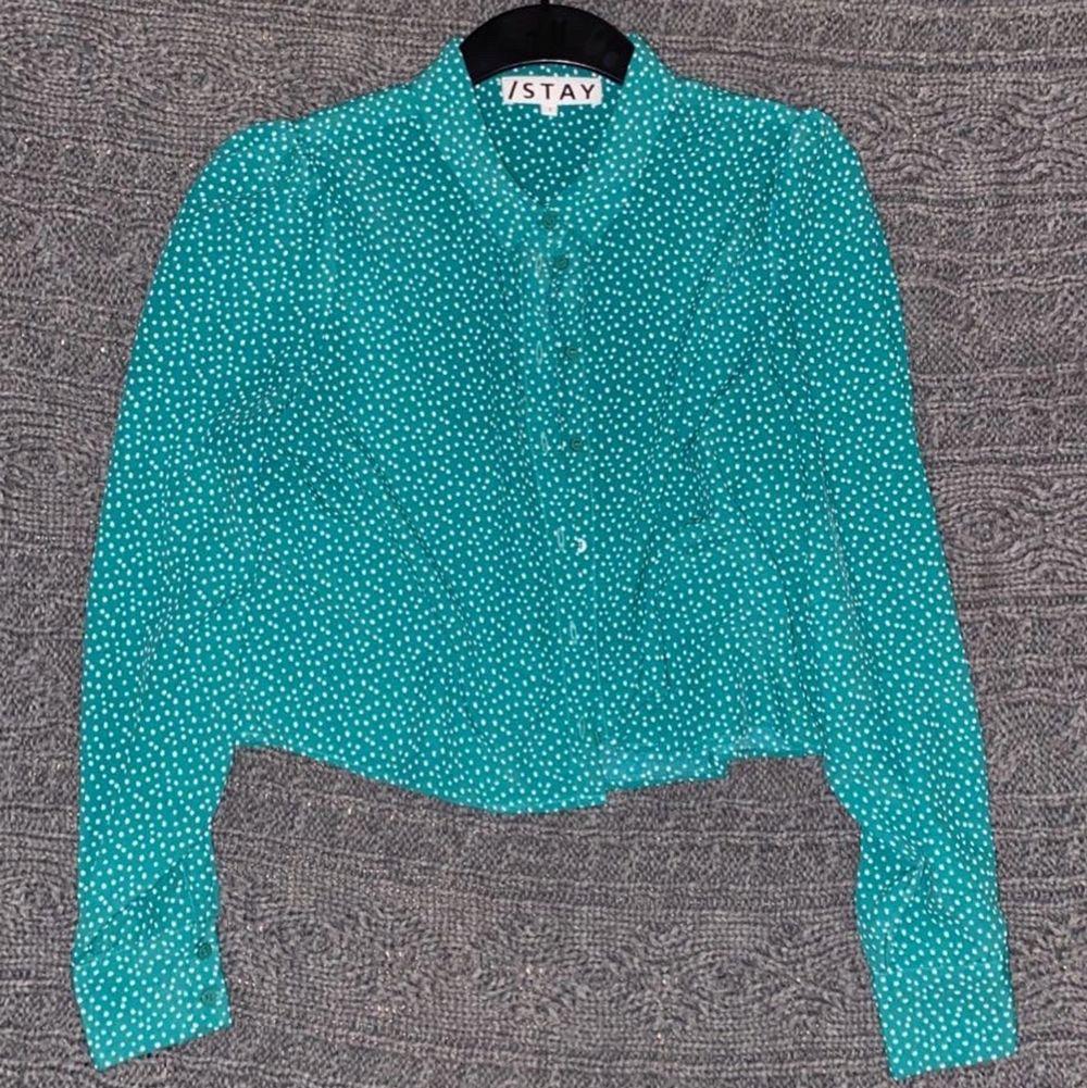 En super unik skjorta köpt för bara en månad sen men tyvärr bara blir hängandes i min gaderob. Köpte tröjan pp carlings för 450kr. ❤️. Skjortor.