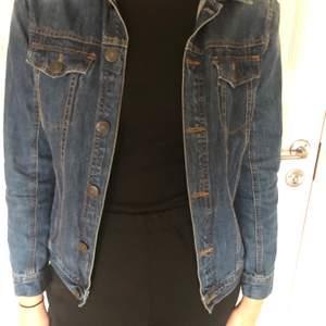 En riktig snygg jeansjacka med en perfekt wash till höst, vinter och vår. MODELLEN ÄR 173 med storleken XS.😍Köpare står för 📦 (sårbar)😀