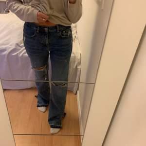 Säljer mina assnygga jeans pga får inte användning för dom, har bara använt dom en gång så jättebra skick dom är slutsålda i nästan alla storlekar! De är storlek 38 och är långa ner till marken på mig som är 170cm, passar mindre storlekar också beroende på hur pösigt du vill ha dom, frakt tillkommer! Har startat budgivning, skriv privat om du vill lägga bud. budet ligger på 270kr+frakt