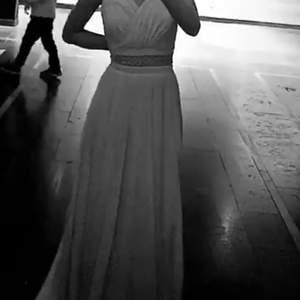 En klänning som är simpel men ändå super fin , köpte denna för 2500kr o säljer den nu för 1500kr har använt den undefär 3 gånger , och den är super skön o man kan röra sig i den. Den är babyrosa/rosa ungefär längd:170