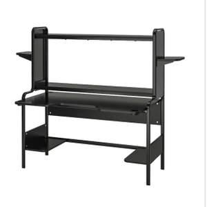 Säljer mitt skrivbord från Ikea. Använt skick som någon slitning, annars i väldigt bra skick. Kommer utan de små hyllorna högst upp!! Väldigt bra för stationär dator då den är ansedd för det, funkat väldigt bra för mig. Frakt tillkommer, kan hämtas i Näset, Djurås! 🤗