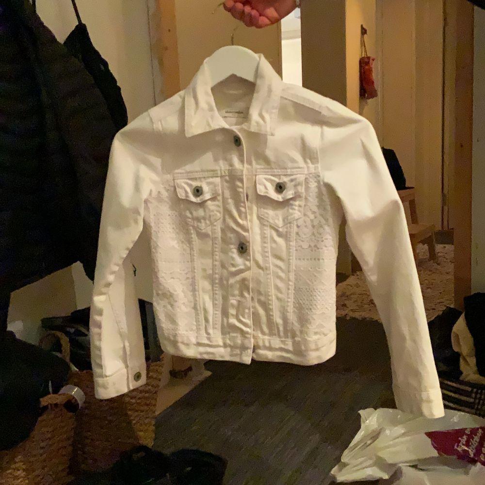 En superfint jeansjacka av märket abercbromie & fitch, köpt i London i deras egna butik. Storleken är för barn 10 år. Jackor.