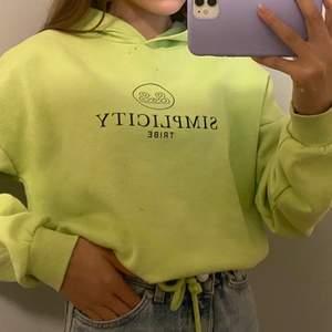 3 FÖR 2 PÅ ALLT JAG SÄLJER( de billigare blir gratis)  säljer denna neongröna hoodie från Gina tricot i storlek xs. Den har snörning där nere på hoodien så man kan ställa in den i midjan. Denna är använd ett par gånger men är fortfarande i jättefin skick! Jag säljer denna pga att den inte kommer till så stor användning. Hör av er privat vid intresse, köparen står för frakten! Priset kan diskuteras om man skulle vilja💚💚