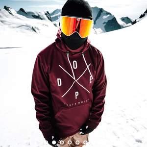 Slalom/snowboard jacka Använd en säsong, originalpris 1299. Jätteskön då det går att justera hur mycket luft som kan komma in de varmare dagarna. väldigt tålig mot både kyla och stötar. Väldigt stor i storleken 😋
