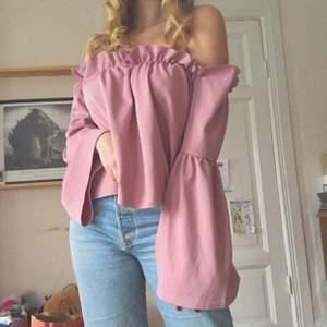 💗Superfin romantisk off-shoulder blus i ljust rosa/lila.💗 Den är i storlek M, men den är stor i storleken så L stämmer bättre. Plagget är i bra skick, men har slitningar vid axlarna. Jag säljer då den var för stor på mig som har M. Jag på bilderna är 170 lång.