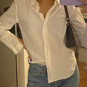 Jätte fin skjorta från nakd använd en gång är gjord av 100% bomull och jätte bekväm att ha på tyvär kommer den inte till användning. Betalning sker via Swish bud ligger på 150 nu