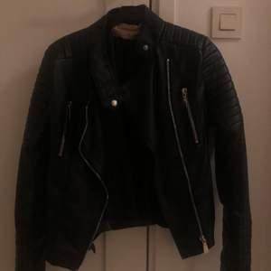 Säljer min svarta skinnjacka i storlek S (38). Köparen står för frakten