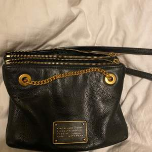 En väska från Marc Jacobs i fint begagnat skick. Hittar dessvärre inte kvittot då den är köpt för ett tag sedan. Den är köpt i USA. Bandet som tillhör väskan är justerbart.