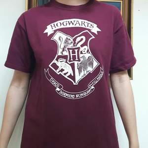 Vinröd/lila t-shirt, använd men trycket är fortfarande helt. Köpt på Camden Market i London :)