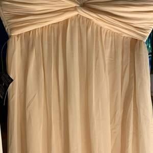 Så fin långklänning ifrån Nelly i strl 36. Aldrig använd, lapparna kvar. Frakt tillkommer vid köp. 💞