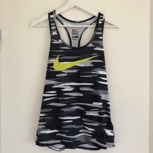 Träningslinne från Nike som är helt oanvänt. Skönt och luftigt material. Perfekt för en springtur i sommarvärmen.