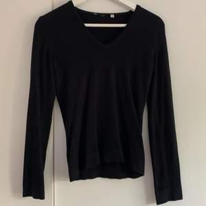 Vanlig svart långärmad tröja