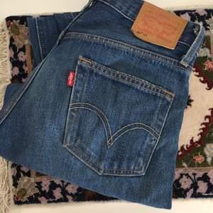 Levis jeans i modellen 501 CT. Noter att det inte är samma ska som vanliga 501:or. Dessa är mid ride, mer lösa över höft och lår och smalnar av vid nedre delen av benet. Frakt ingår i priset⭐️
