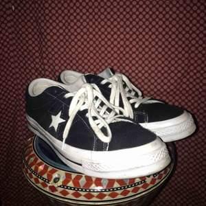 Onestar skor från Converse i otroligt bra skick, använda väldigt få gånger.  Bara att kontakta mig om du har någon fråga eller fundering.