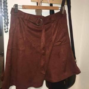 Imitation mocka kjol från Forever 21, aldrig använd pga lite för stor i midjan på mig! Så snygg dock, älskar skärpet och passformen. Mjukt tyg också, så cool!