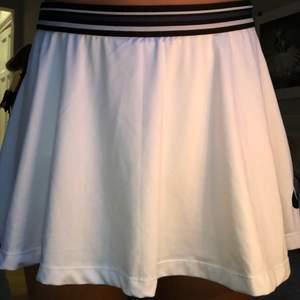 En tennis kjol från Björn börg. Säljer för att det är fel storlek för mig. Jag har knappast använt den och den är i jätte bra skick! Har en matchade tröja som jag också säljer. (Kolla mitt Konto)